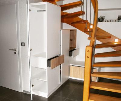 Aménagement d'une entrée sous escalier