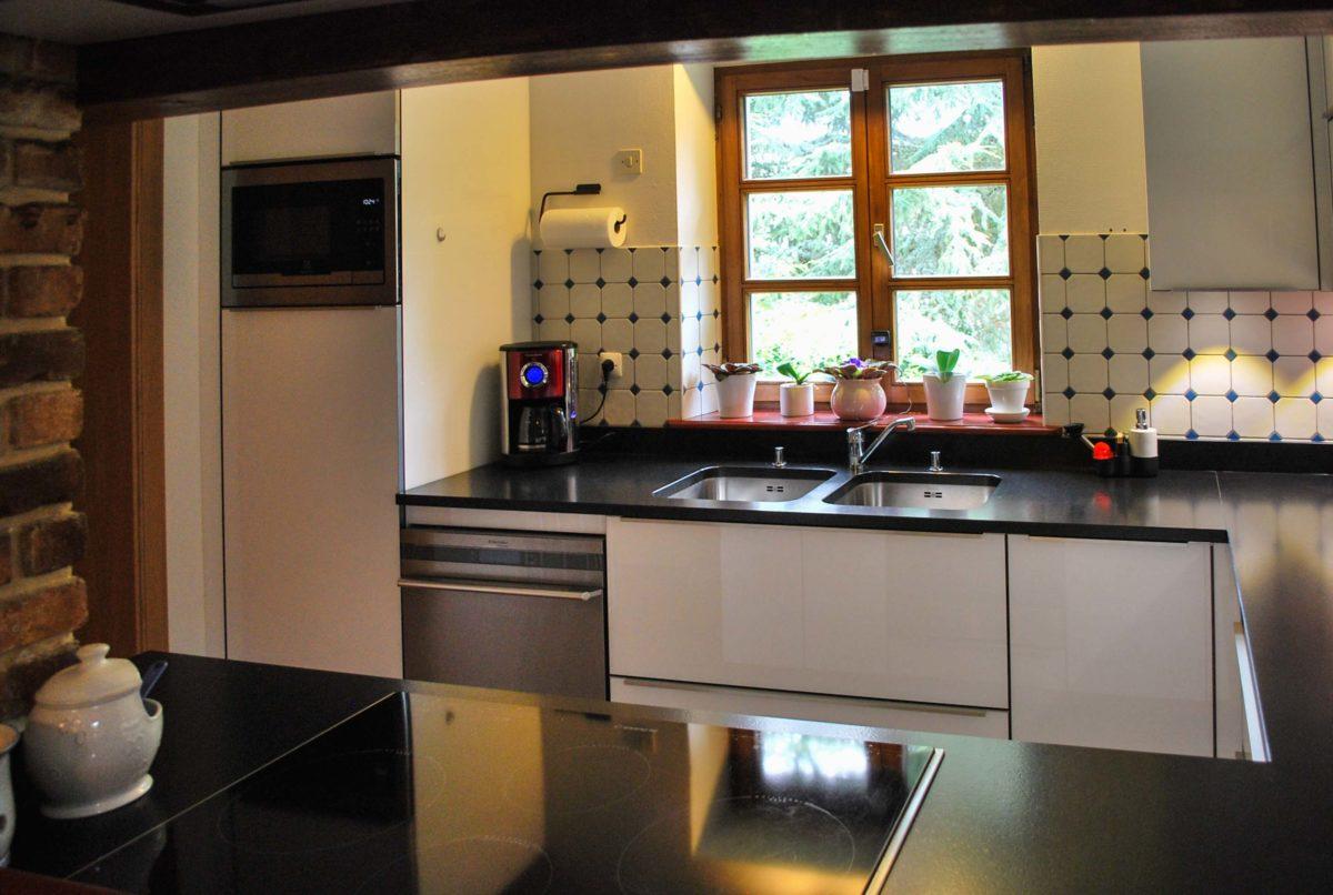 Cuisine acrylique et plan de travail granit