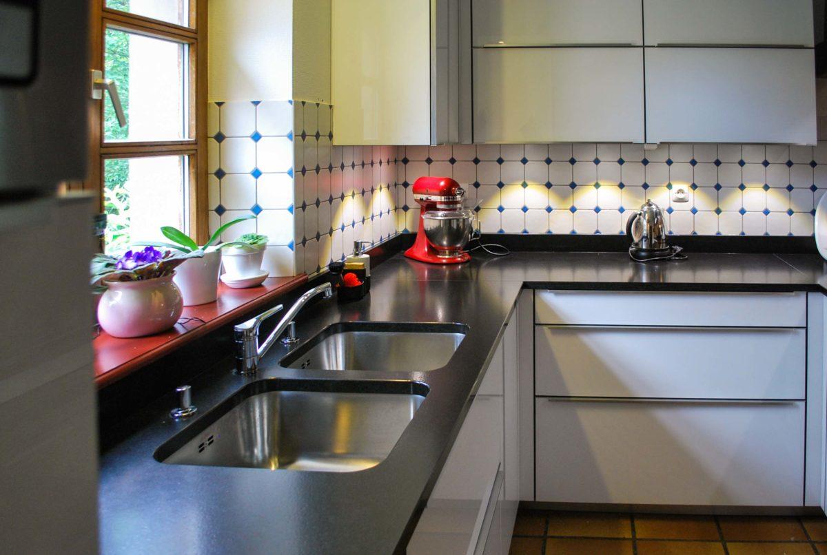 Cuisine acrylique et plan de travail granit - Évier